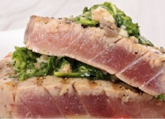 Oriental Tuna Steak with Spinach and Avocado